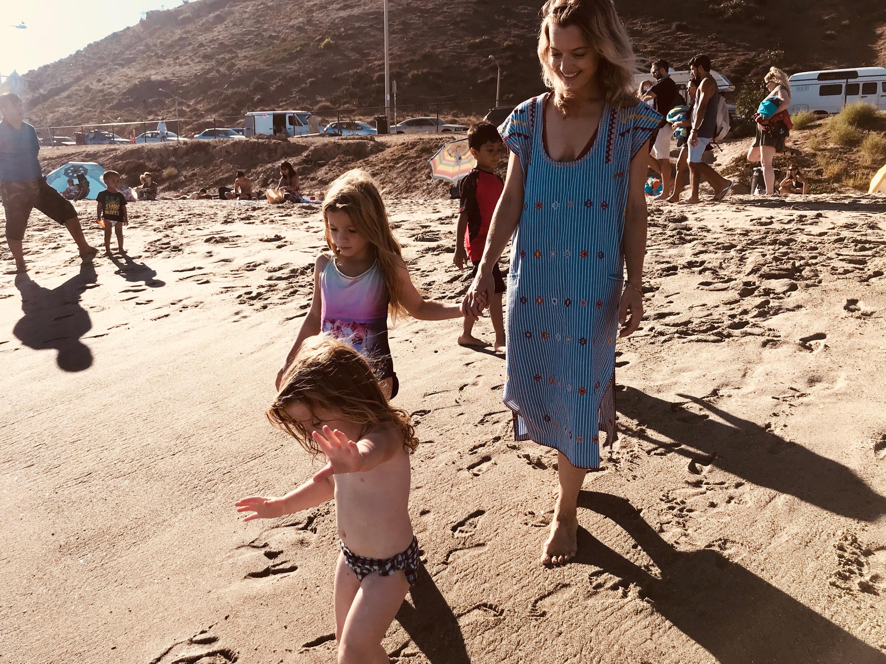 elle-strauss-daughters-beach